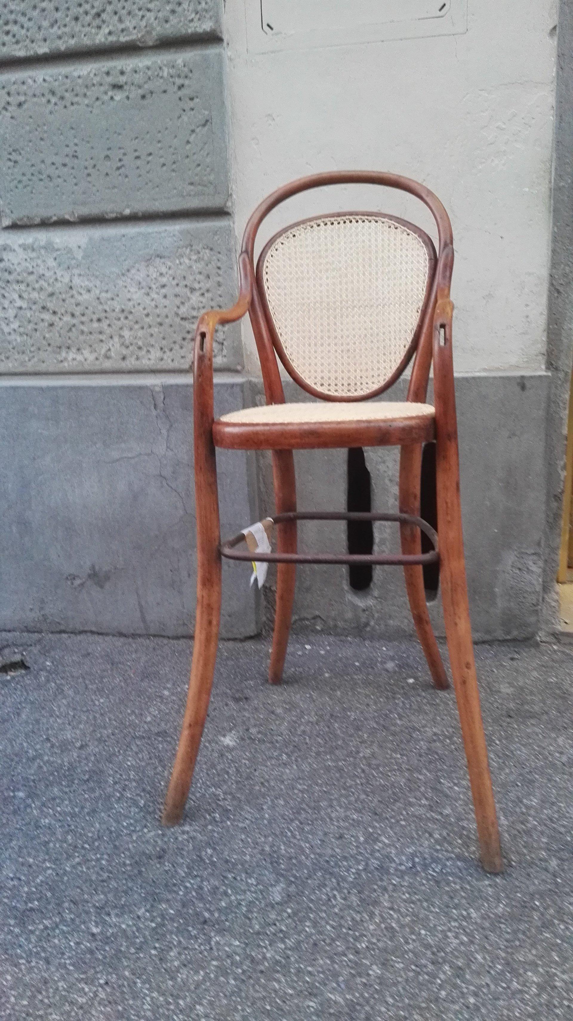 particolare sedia di legno con schienale e seduta in paglia intrecciata in piccole trame a rete