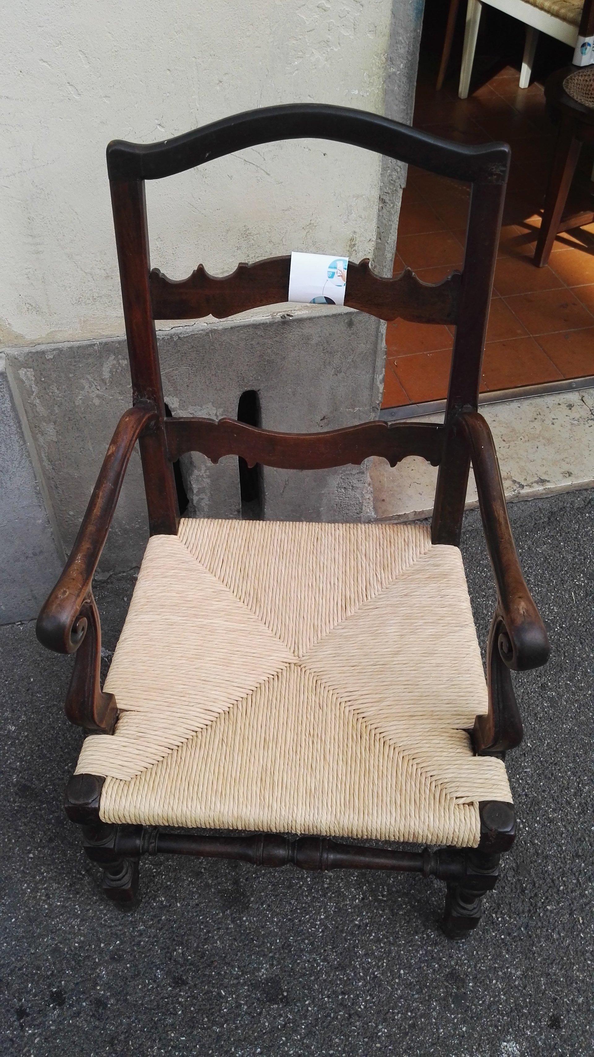 sedia in legno con manici sottili e seduta impagliata