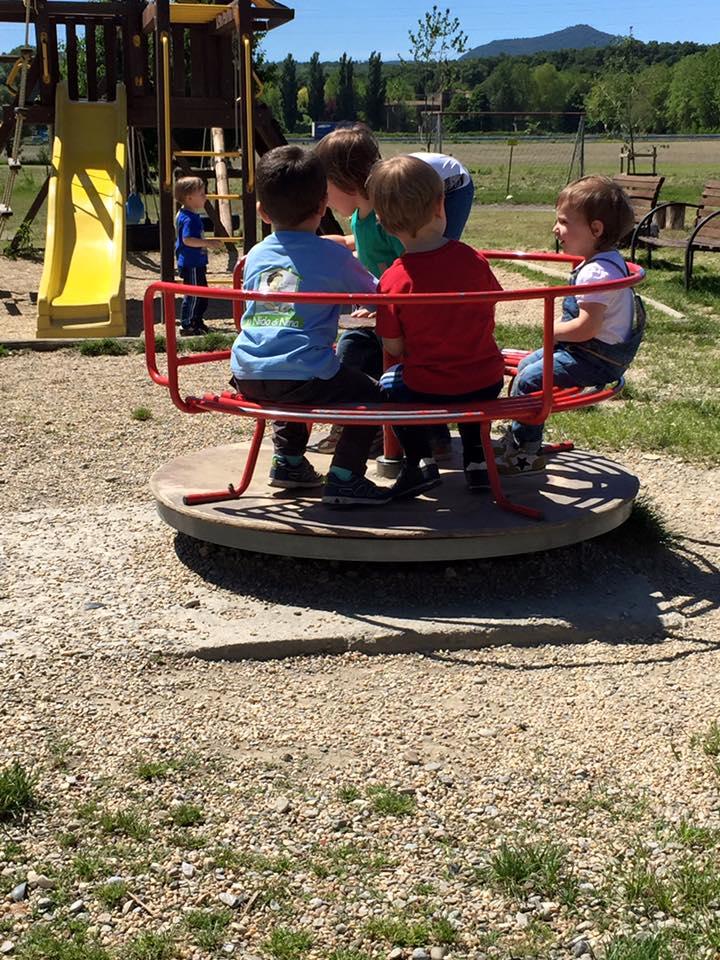 Bambini giocano nel parco