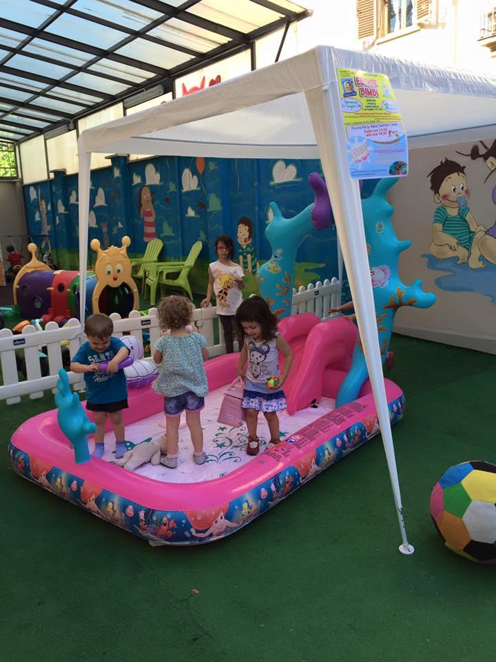 Bambini giocanoin una piscina gonfiabile
