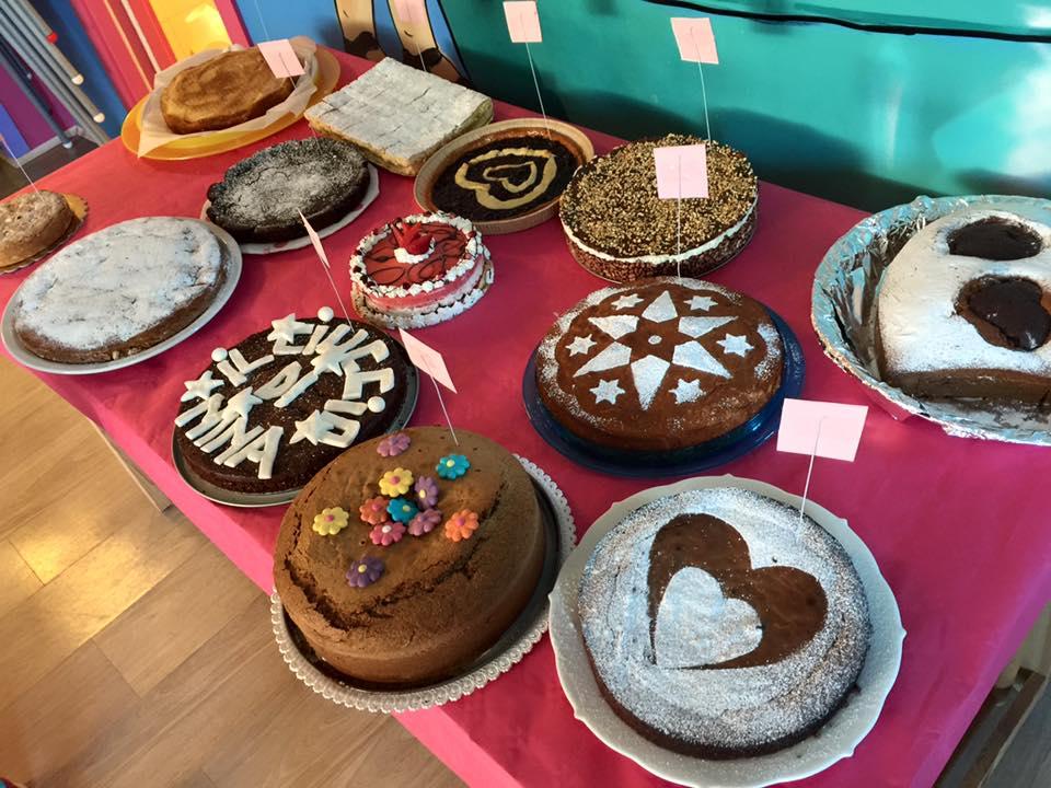 Diversi tipi delle torte alla festa a Torino