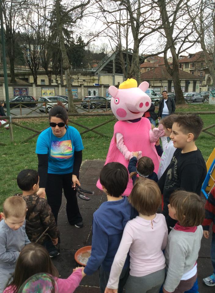 Bambini giocano nel parco a Torino