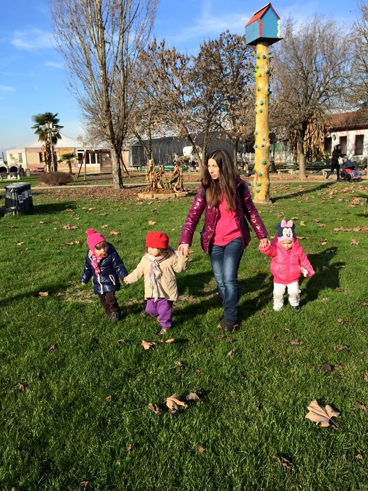 Ragazza con i bambini nel parco a Torino