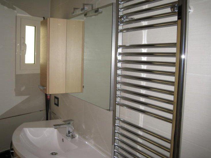 un porta asciugamani in metallo e un lavabo