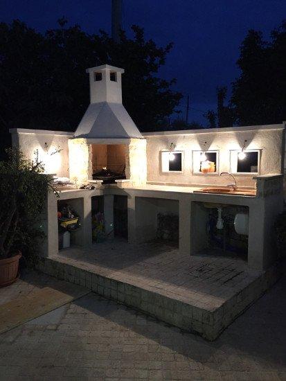un piano cucina in pietra all'esterno