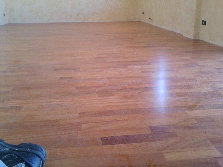 una stanza in ristrutturazione con il parquet