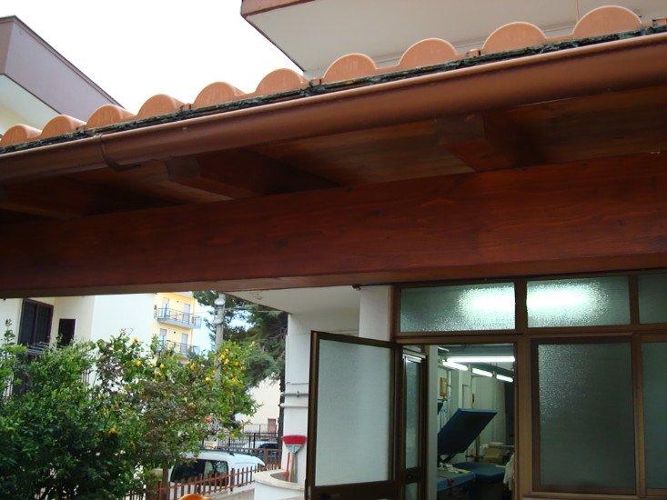 una copertura in legno