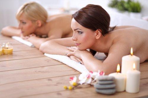 Due ragazze che si rilassano in un centro estetico