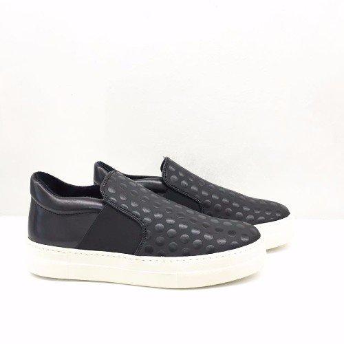 scarpe nere con suole bianche