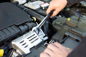 meccanico con chiave inglese ripara un auto