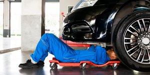 meccanico ripara un auto