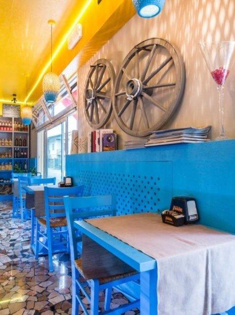 arredamento di colore blu dell'interno del locale