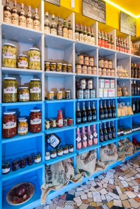 scaffali blu con prodotti italiani