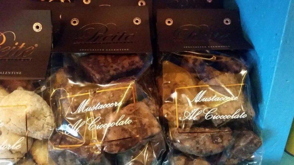 delle confezioni di Mustaccere al cioccolato