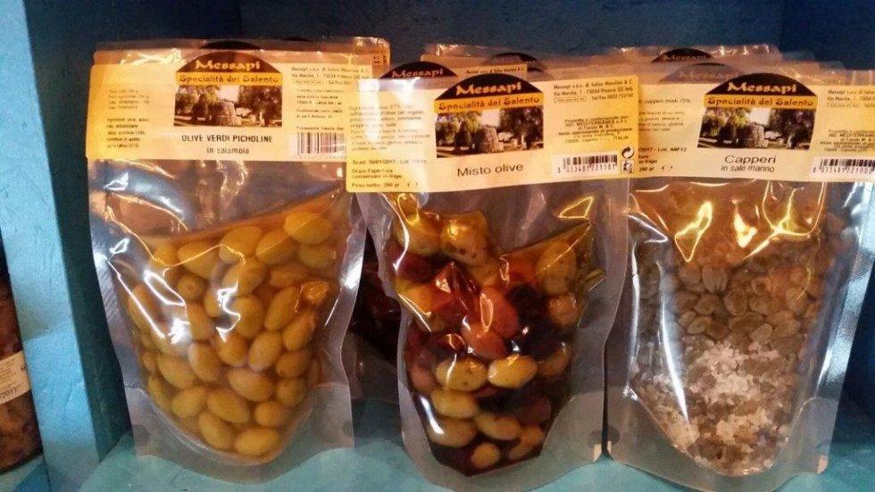 tre confezioni di olive e capperi