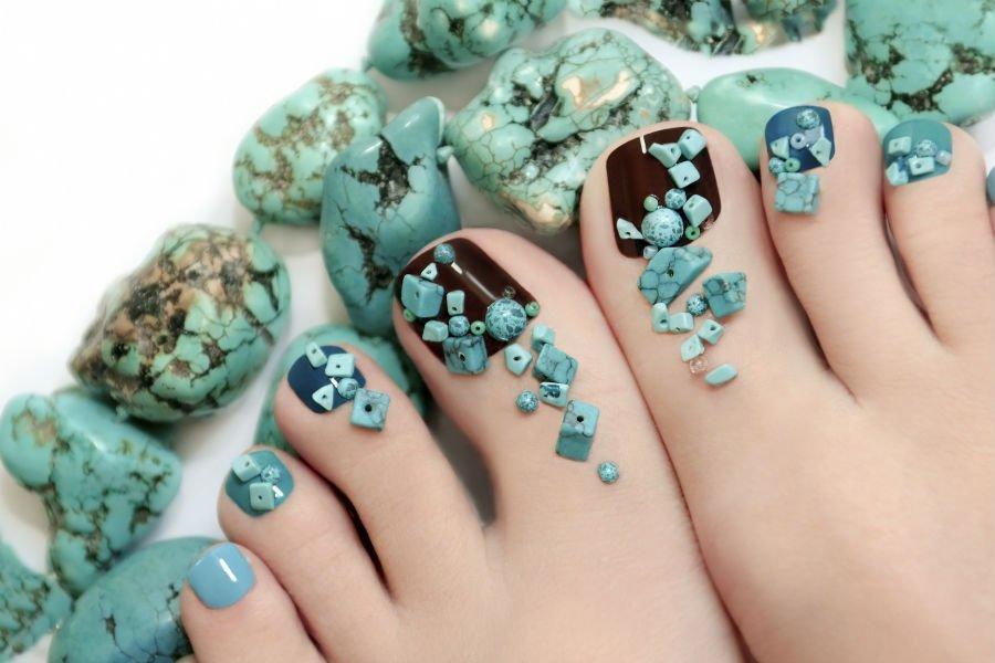 unghie dei piedi con smalto nelle le varie tonalità del blu