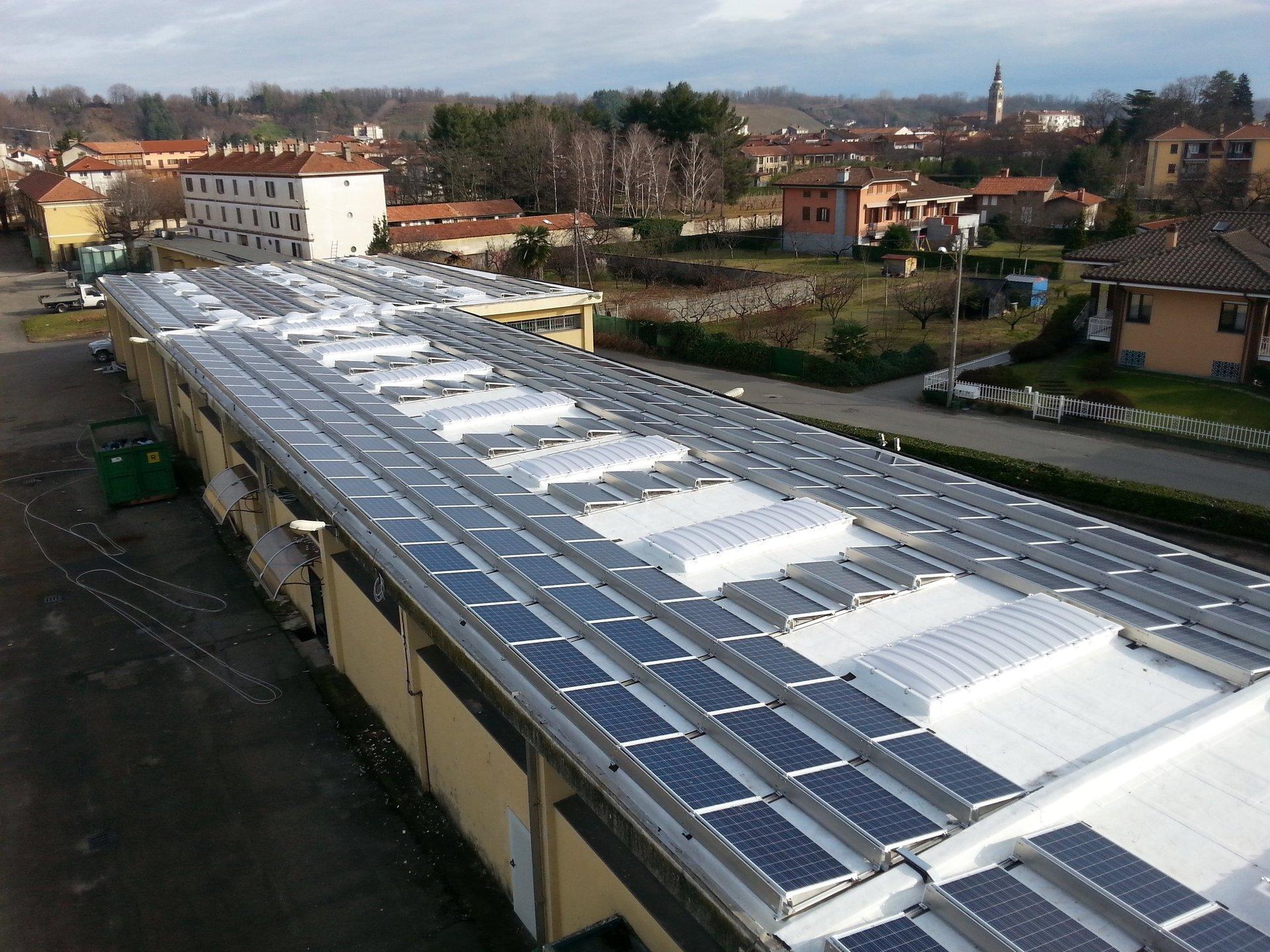 tetto di edificio industriale con lucernai e pannelli solari