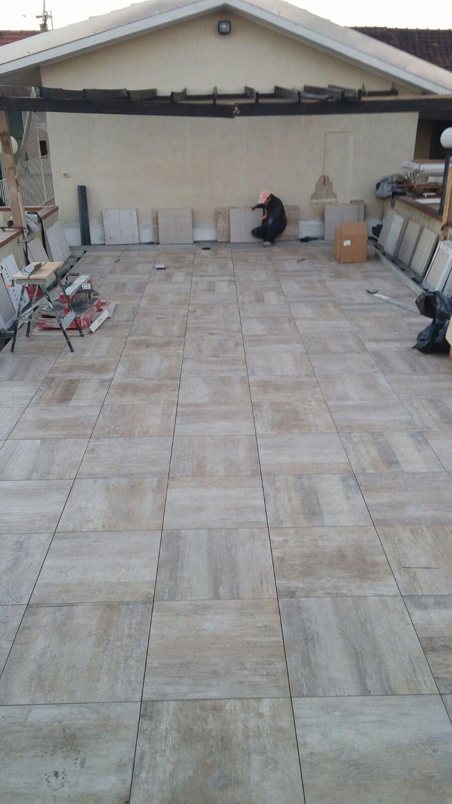 lavoro di impermeabilizzazione su pavimento di terrazza