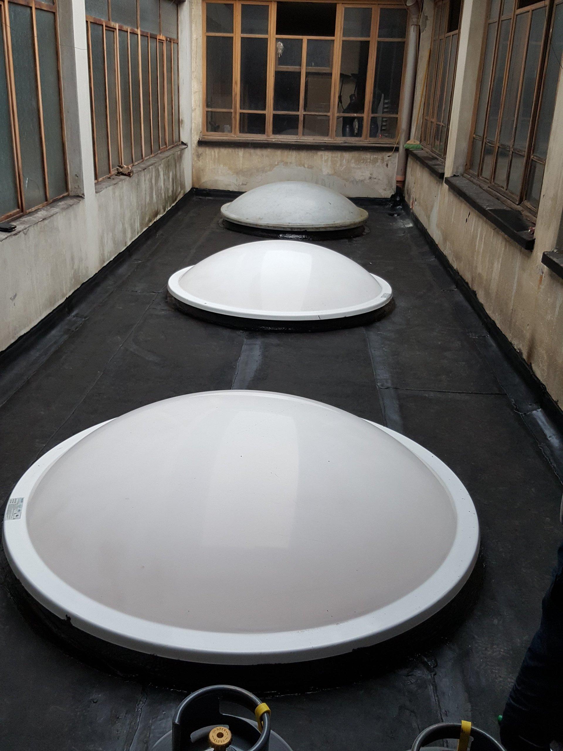 porzione di tetto con tre lucernai tondi