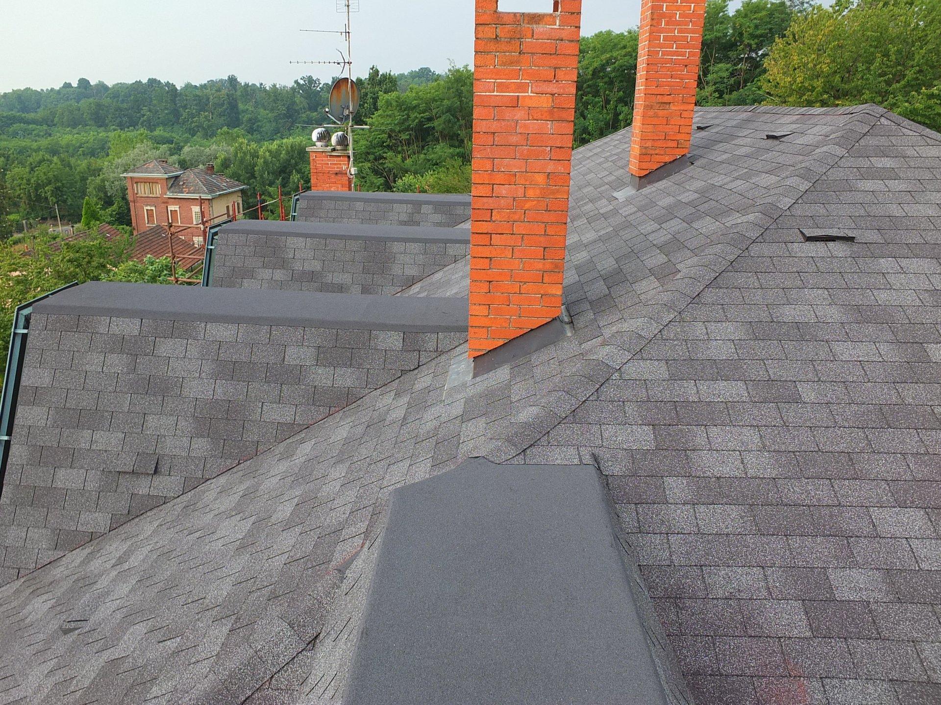 vista dall'alto di tetto nuovo e comignoli