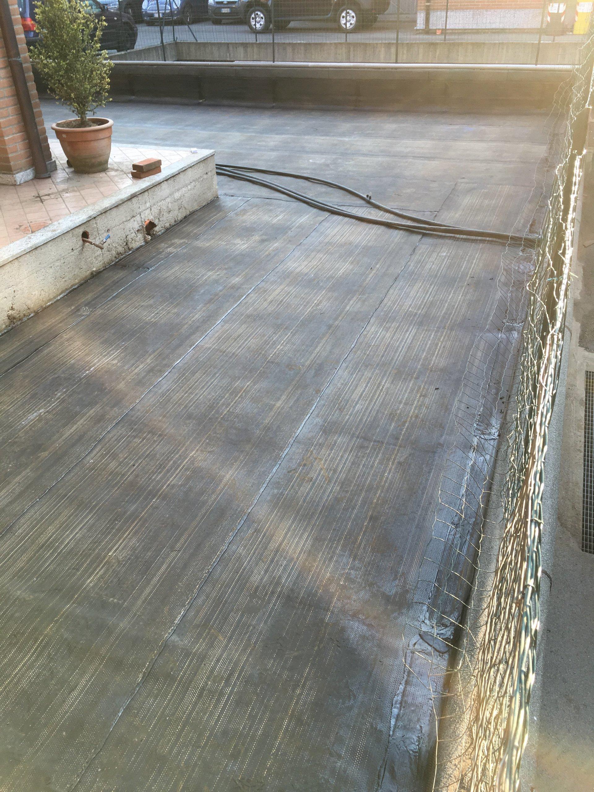 un tetto durante lavori di impermeabilizzazione