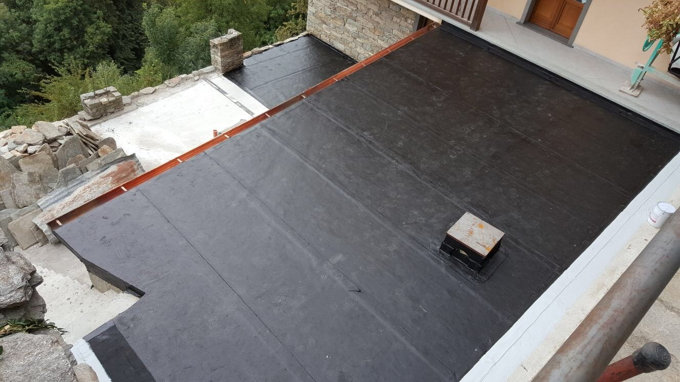 lavoro di rifacimento di un tetto