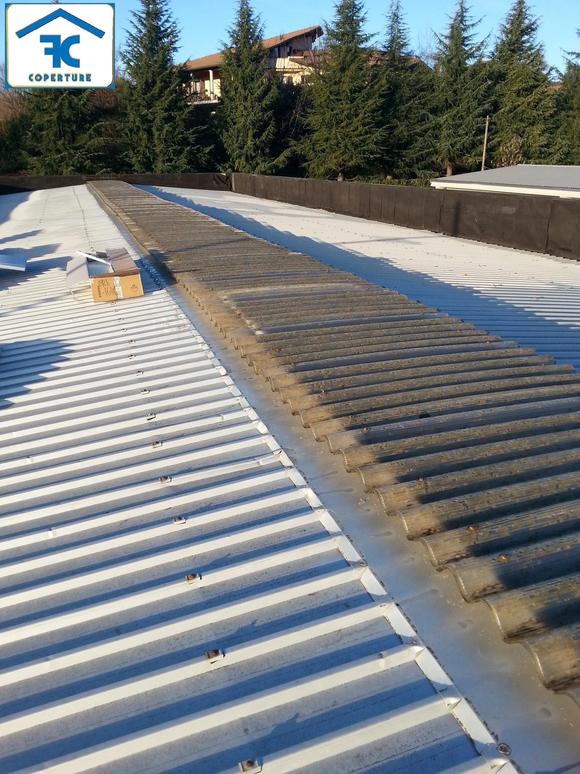 tetto di edificio industriale con lucernai