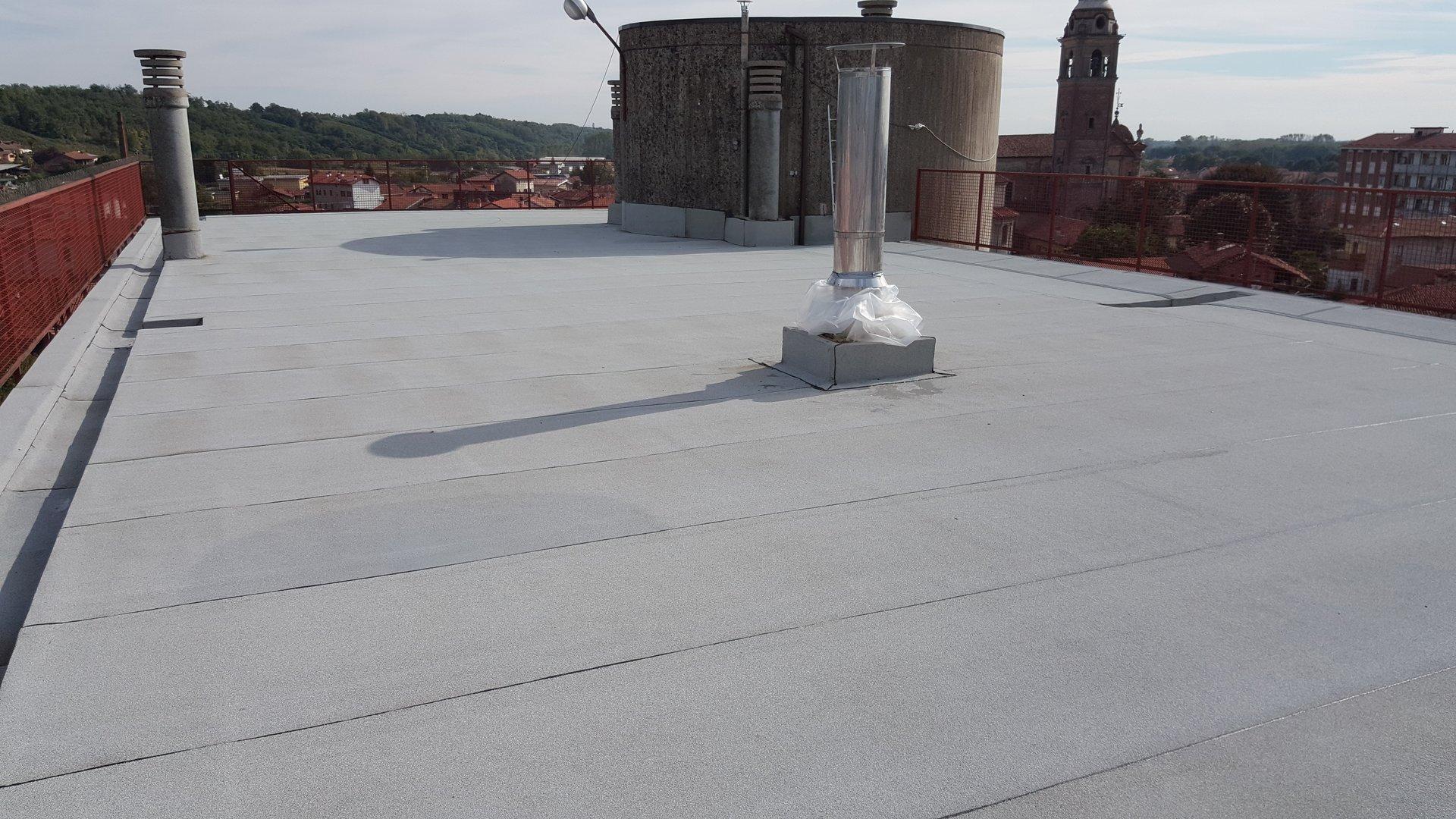 dettaglio di tetto e comignolo