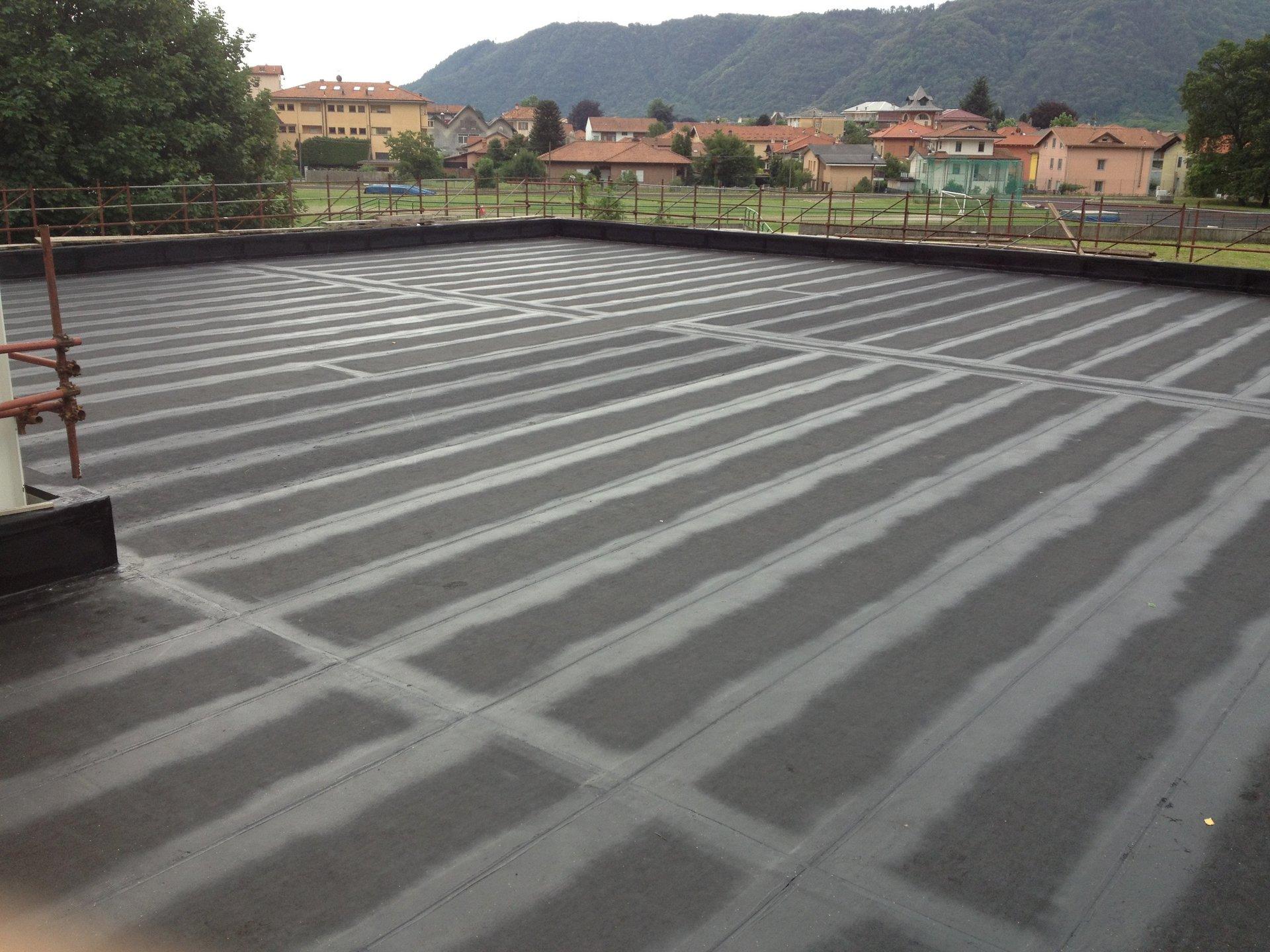 lavoro di impermeabilizzazione di una pavimentazione