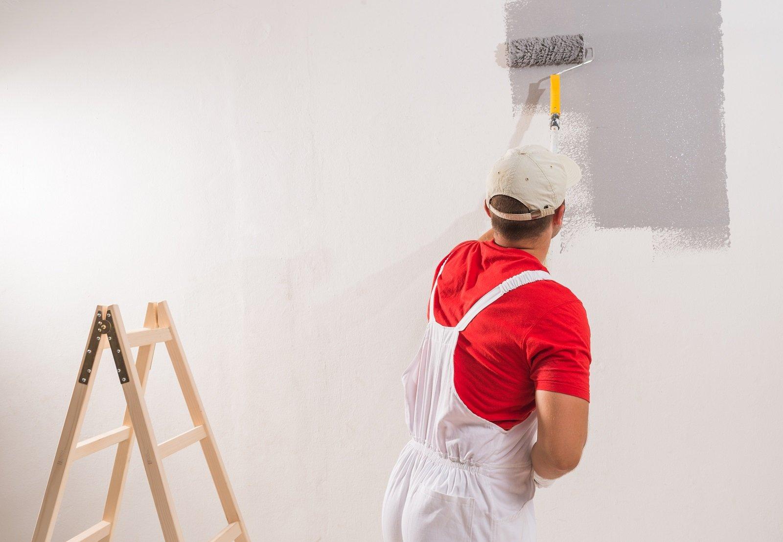 operai vernicia un muro