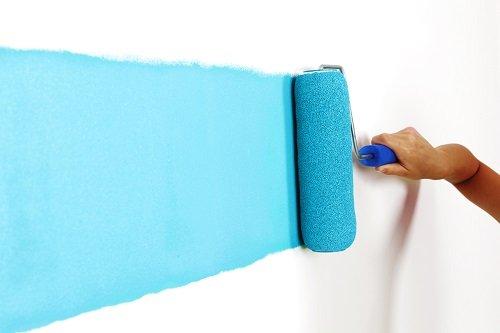 rullo con pittura azzurra