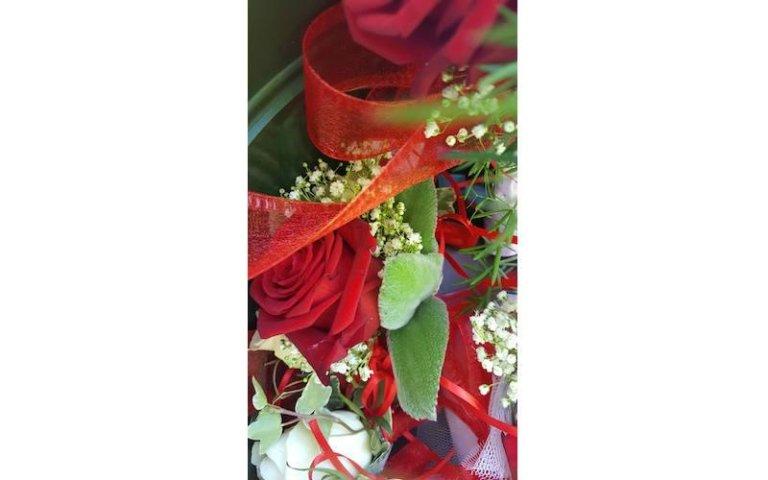 Decorazioni con fiori rossi