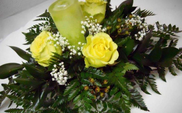 Composizione con rose gialle
