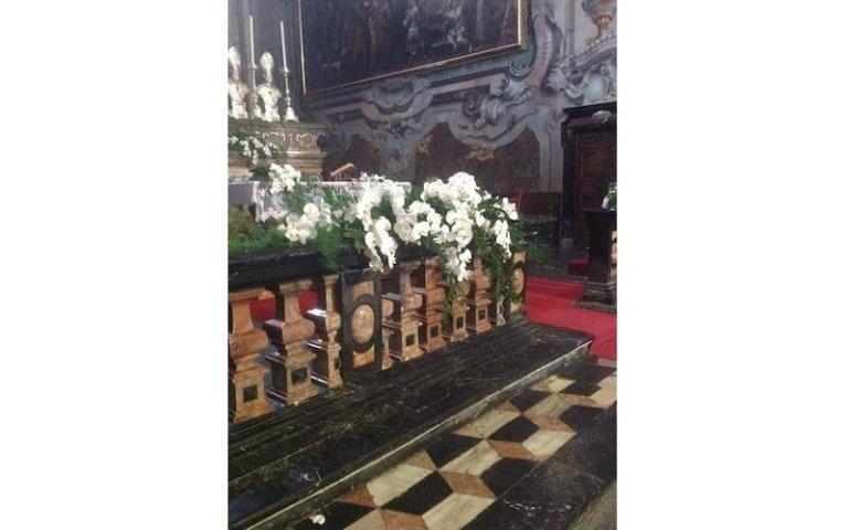 Decorazioni floreali per altare