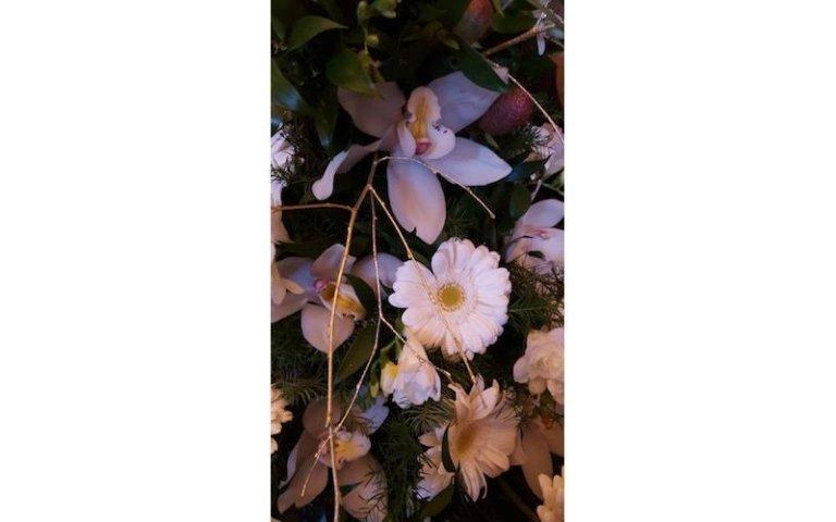 Allestimento con fiori bianchi