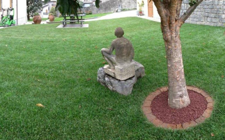 Giardino con statua