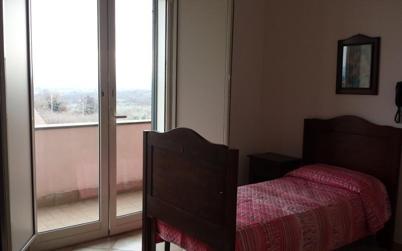 camera con ampia finestra