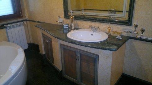 lavabo bianco con rivestimento marmo verdone