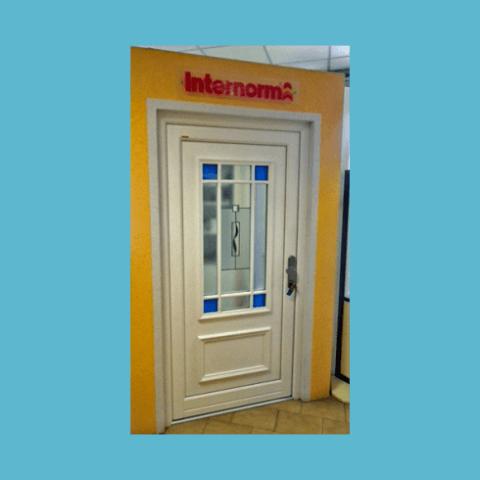porta bianca con vetro decorato
