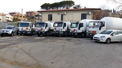 Autocisterne e camion bianchi
