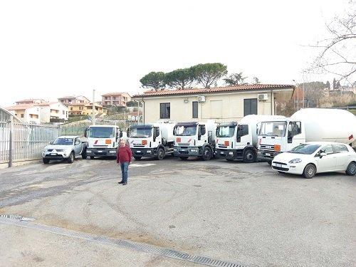 Mezzi da lavoro bianchi parcheggiati