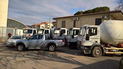 Diversi mezzi parcheggiati