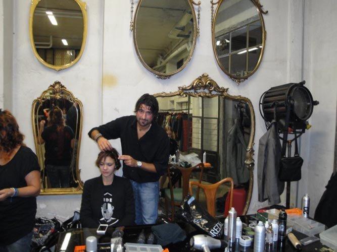 parrucchiere utilizzando un raddrizzatore dei capelli