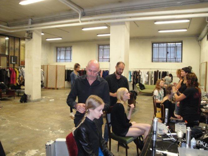 vista interna di salone durante dietro le quinte-ritocco capelli alle modelle