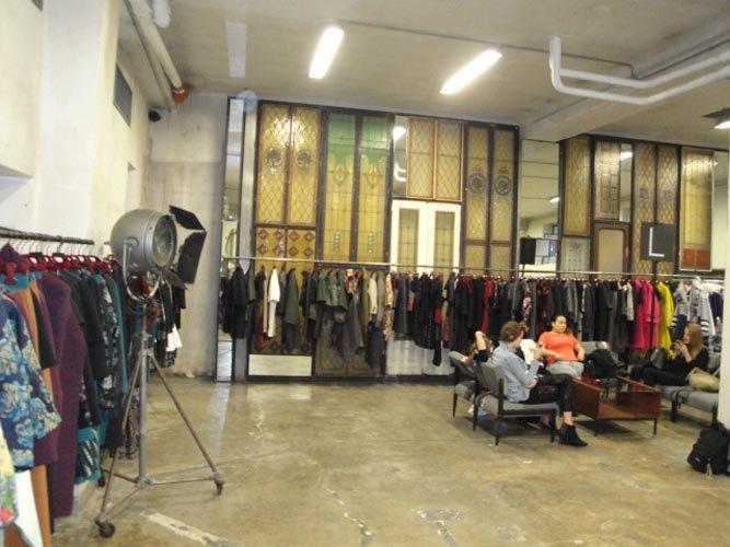 vista frontale  di una sala con vestiti appesi