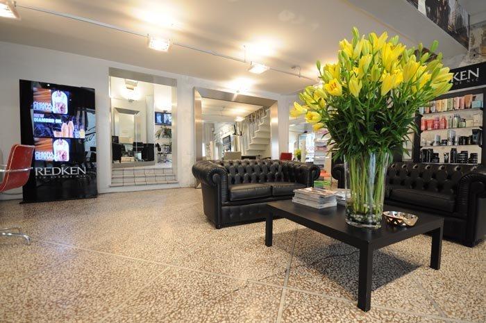 mazzo di fiori gialli su un tavolo dentro di salone