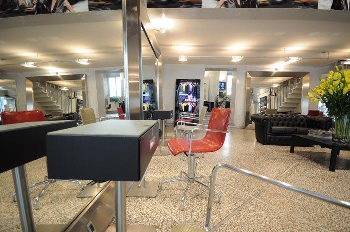 salone con sedia e arredamento
