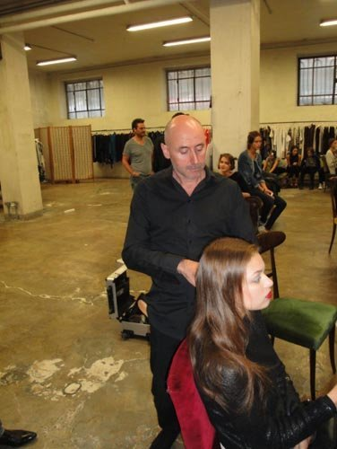 parrucchiere fa un hairdress in salone