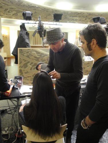 parrucchiere sistema i capelli di una modella
