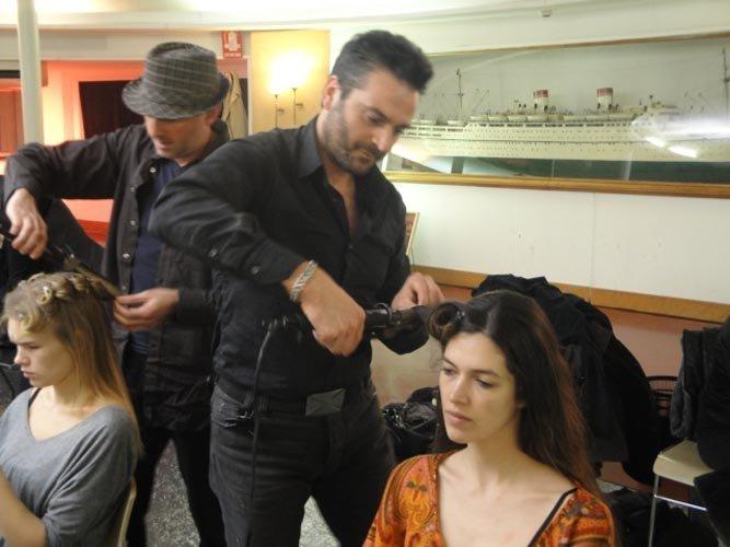 parrucchiere fa i boccoli a una modella-vista frontale